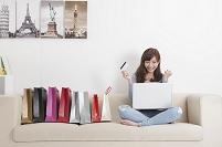 オンラインショッピングを楽しむ若い女性