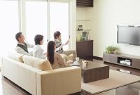 テレビを見ている家族