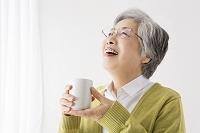 お茶を飲むシニア日本人女性