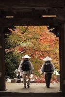 香川県 四国霊場第88番 大窪寺 結願寺の山門を出るお遍路さん