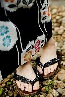 浴衣を着た女性の足元