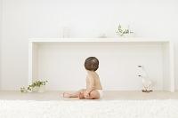 座る裸の赤ちゃんの後姿