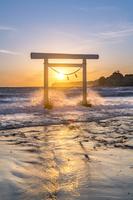 日本 千葉県 鵜原海岸の白い鳥居 夕景