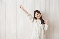 ガッツポーズをする日本人女性
