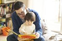 子供部屋で本を読む親子