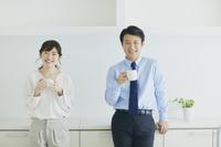キッチンでくつろぐ日本人夫婦