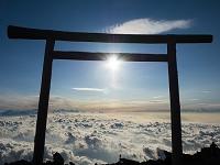 富士山頂からのご来光と鳥居と雲海