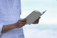 本を読む男性の手元