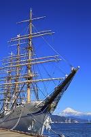 静岡県 停泊する帆船海王丸と富士山