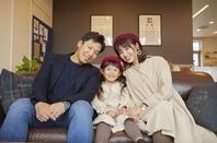 カフェで寛ぐ日本人家族