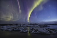 アイスランド ヨークルサゥルロゥンの空にかけるオーロラ