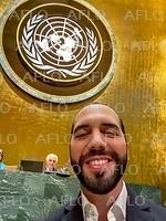 国連総会 一般討論 エルサルバドル大統領が壇上で自撮り