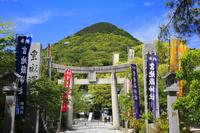 福岡県 宮地嶽神社 参道の石鳥居と宮地岳
