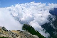 長野県 甲斐駒ヶ岳山頂から雲湧く南アルプス