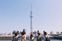 観光客と東京スカイツリー