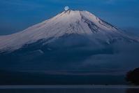 山中湖からの富士山と月