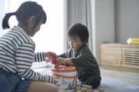積み木で遊ぶ日本人子供