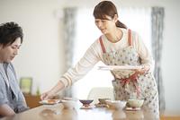 食事の準備をする女性