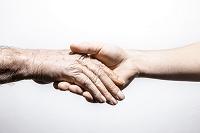 シニアの握手