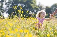 花畑で笑顔の女の子