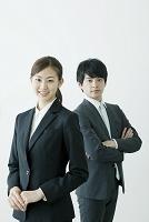 スーツの日本人ビジネスパーソン