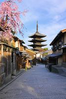 京都府 しだれ桜咲く朝の八坂道の町並みと八坂の塔