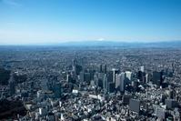 東京都 新宿駅と新宿西口の高層ビル群より富士山