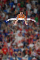 吊り輪をする男子体操選手
