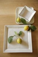 白い食器とレモン