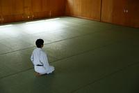 畳の上で正座する日本人の女子柔道選手