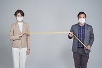 ソーシャルディスタンスを保つ日本人ビジネスパーソン