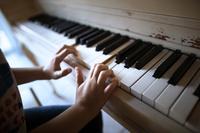 ピアノを演奏する子供