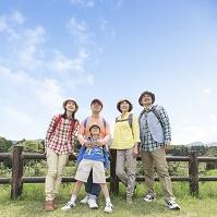 リュックを背負って立つ日本人の三世代家族