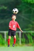 ヘディングするサッカー少年