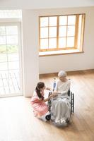 介護士女性と車椅子のシニア女性