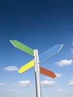 青空とカラフルな道標