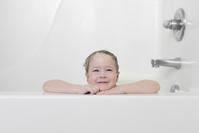 お風呂に入る外国人の子供
