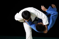 乱取りをする男子柔道選手