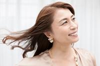 笑顔の中年日本人女性
