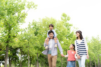 公園を散歩する日本人家族