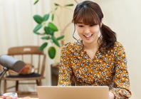 ノートパソコンを操作している日本人女性