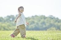 芝生の上を歩く日本人の女の子