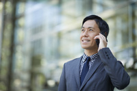 電話をする日本人男性