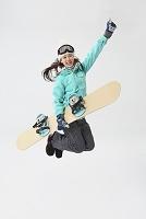 ジャンプする日本人女性スノーボーダー
