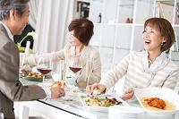 食事をする中高年男女
