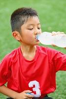 水分補給するサッカー少年