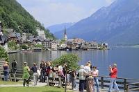 オーストリア ハルシュタット 教会と街並みと観光客