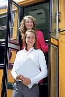 バスの乗降口の女性