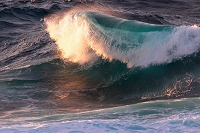 沖縄県 朝日が映る青い荒波