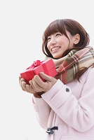 プレゼントを持っている日本人女性